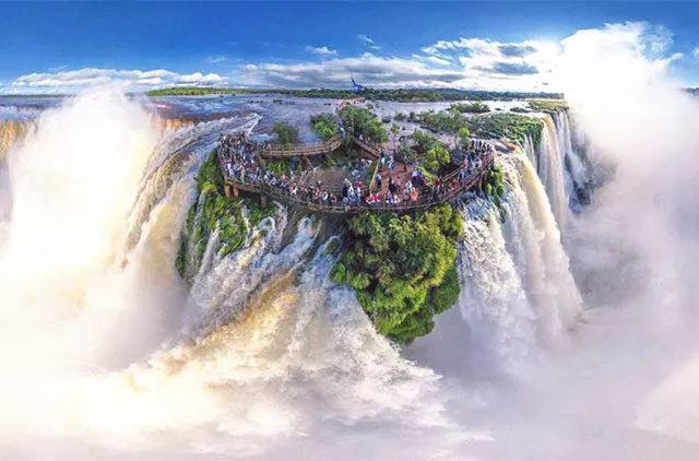 """伊瓜苏瀑布位于巴西与阿根廷交界处,是全球一大奇观。 整个瀑布群由来自伊瓜苏河的275条支流汇集而成,平均高度约64米。 其主瀑布被称为""""魔鬼之喉"""",它高约82米,宽约150米,整个形状呈""""U""""型,是伊瓜苏瀑布最具特色之处。"""