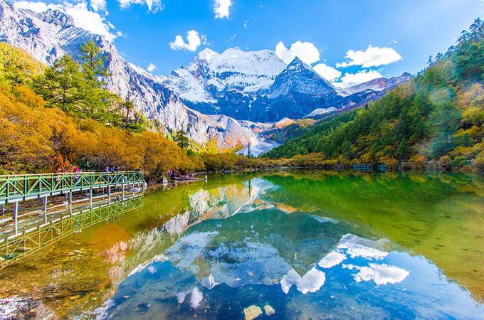 九寨沟国家公园位于中国西南部,成都北部,1992年被联合国教科文组织评为世界遗产保护区,是自然风景区,也是国家濒危动植物保护区,如大熊猫、四川羚羊。