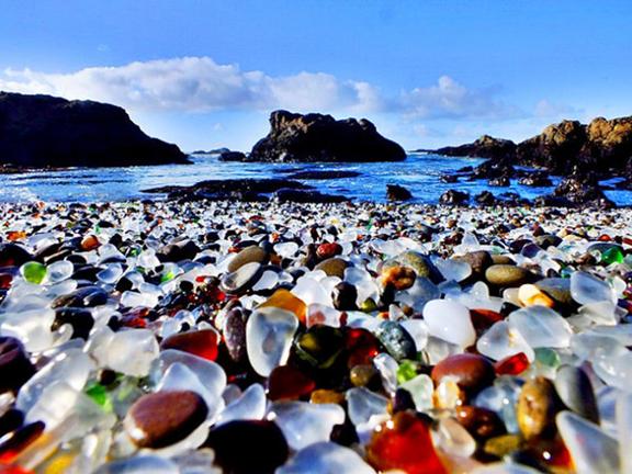 玻璃海滩,加州玻璃海滩位于布拉格堡,乍看和其他海滩没有任何区别,但是仔细看看脚下的亮晶晶:银色、绿色、蓝色、橙色,偶尔还有红色的在阳光下,闪闪发亮的玻璃石会让你惊奇不已。