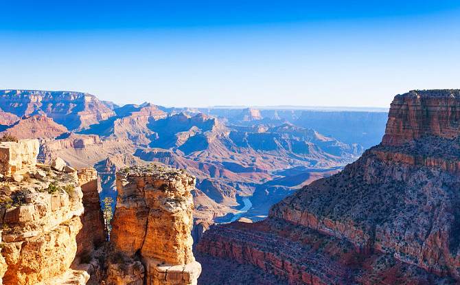 大峡谷坐落于美国亚利桑那州,是美国最著名的旅游胜地之一。 在数百万年前由科罗拉多河分隔开来的大峡谷,深达1600米,长达446公里。 它虽然不是全世界最深或最大的峡谷,但是它独特的宏伟景象、错综复杂且壮美多姿的地貌,能带给游客极高的观赏价值,任何景色都难以与之媲美。