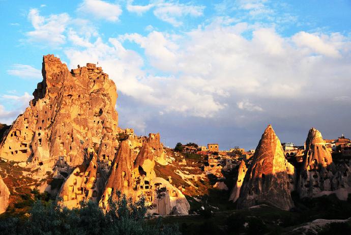 历史上的一个地区名,位于土耳其中部的卡帕多西亚,以其童话般的斑点岩层而闻名:奇特的岩石构造、岩洞和半隐居人群的历史遗迹令人神往。 这里起初是基督教徒躲避罗马迫害的避难处,公元4世纪,一群僧侣建立了卡帕多西亚的主要部分。
