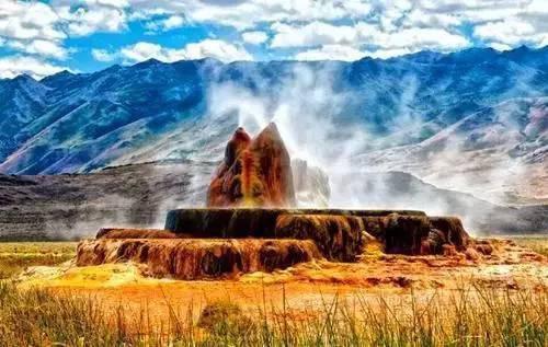 你在地球上看到了似乎只能在外形,或者科幻大片中才能看到的情景,看着非常像梦幻画面,然而确实真实存在的场景,他在美国内华达州的黑岩沙漠。